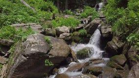Schließen Sie oben von fallendem Wasser an den Wasserfällen stock video footage