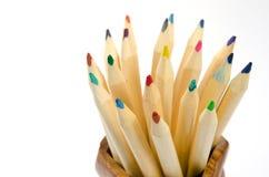 Farbige Bleistifte in der hölzernen Schale Stockbilder