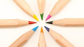 Schließen Sie oben von farbigen Bleistiften in einem Kreis auf weißem Hintergrund Lizenzfreies Stockfoto