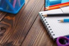 Schließen Sie oben von farbigen Bleistiften mit einem Notizbuch Lizenzfreies Stockbild