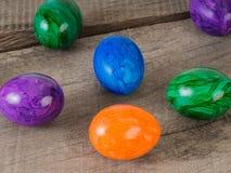 Schließen Sie oben von farbigen Ostereiern Lizenzfreie Stockfotos