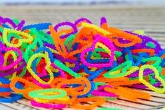 Schließen Sie oben von Farbvollem elastischem Liebesherzformwebstuhl-Bänder rainb Stockfoto