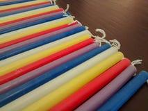 Schließen Sie oben von festlichen bunten Chanukka-menorah Kerzen im Rot, PU Lizenzfreie Stockbilder