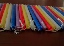 Schließen Sie oben von festlichen bunten Chanukka-menorah Kerzen im Rot, PU Stockfoto