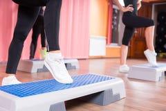 Schließen Sie oben von Frauen-tragenden Turnschuhen in der Schritt-Klasse Stockfotografie