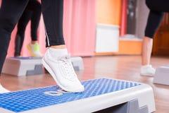 Schließen Sie oben von Frauen-tragenden Turnschuhen in der Schritt-Klasse Lizenzfreie Stockfotografie
