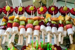 Schließen Sie oben von frische Früchte auf einem Buffet Lizenzfreies Stockfoto