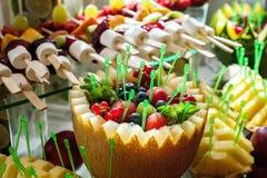 Schließen Sie oben von frische Früchte auf einem Buffet Stockbilder