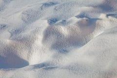 Schließen Sie oben von gefrorenem weißem Schnee Weiße Schneeflocken auf einem blauen Hintergrund Abbildung kann als Hintergrund b Lizenzfreies Stockfoto