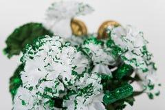 Schließen Sie oben von gemalten Gartennelken im Grün für St- Patrick` s Tag Lizenzfreie Stockbilder