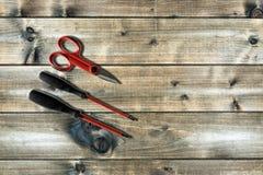 Schließen Sie oben von oben genanntem von Arbeitswerkzeugen auf elektrischen Installationen, auf einem antiken Holztisch Lizenzfreie Stockfotografie