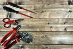 Schließen Sie oben von oben genanntem von Arbeitswerkzeugen auf elektrischen Installationen, auf einem antiken Holztisch stockfoto