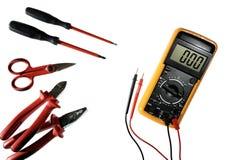 Schließen Sie oben von oben genanntem von Arbeitswerkzeugen auf elektrischen Installationen, lokalisiert auf weißem Hintergrund Lizenzfreies Stockfoto