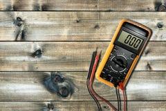 Schließen Sie oben von oben genanntem von Arbeitswerkzeugen auf elektrischen Installationen, O stockfotos