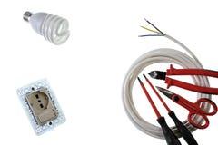 Schließen Sie oben von oben genanntem von den Arbeitswerkzeugen und -komponenten für elektrische Installationen, lokalisiert auf  Lizenzfreies Stockbild