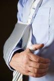 Schließen Sie oben von Geschäftsmann-With Arm In-Riemen stockbild