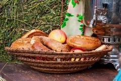 Schließen Sie oben von geschnittenen Bageln mit Samen und Äpfeln des indischen Sesams lizenzfreie stockfotos