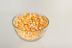 Schließen Sie oben von getrocknetem Mais in der Schüssel Stockbild