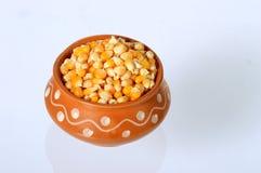 Schließen Sie oben von getrocknetem Mais im Tongefäß Lizenzfreie Stockfotos