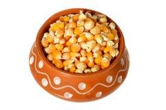 Schließen Sie oben von getrocknetem Mais im Tongefäß Lizenzfreies Stockbild