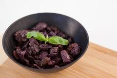 Schließen Sie oben von getrockneten Oliven in der Schüssel auf Schneidebrett Lizenzfreies Stockbild