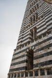 Schließen Sie oben von Glockenturm von Duomodi Siena Die Ansicht von romanischen stilistischen Mustern auf Glockenturm Toskana, I Stockfotografie