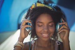 Schließen Sie oben von hörender Musik der Frau stockfotos