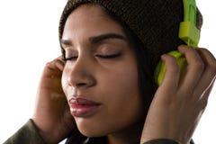 Schließen Sie oben von hörender Musik der Frau auf Kopfhörern lizenzfreie stockfotos