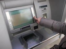 Schließen Sie oben von Handhereinkommendem Stift an einem ATM Frau, die Bankwesenmaschine verwendet Lizenzfreies Stockbild