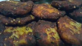 Schließen Sie oben von Haus gemachtem köstlichem gebratenem chapli Kebab, Koteletts stock footage