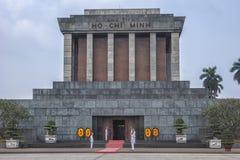 Schließen Sie oben von Ho Chi Minh-Mausoleum mit Schutz und Blumen. Stockfotografie