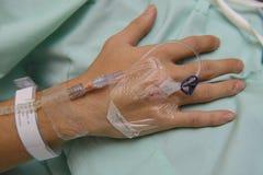 Schließen Sie oben von IV ` s des Tropfenfängerstationären patienten Hand Lizenzfreies Stockfoto