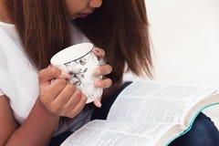 Schließen Sie oben von junger Dame Studying Her Bible stockfotos