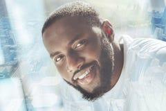 Schließen Sie oben von lächelndem Afroamerikaner lizenzfreie stockfotos