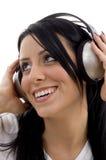 Schließen Sie oben von lächelndem jungem weiblichem tragendem Kopfhörer Lizenzfreie Stockfotos