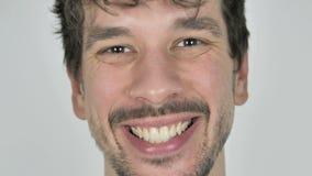 Schließen Sie oben von lächelndem jungem zufälligem Mann-Gesicht, weißer Hintergrund stock video footage