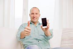 Schließen Sie oben von lächelndem Mann mit Smartphone zu Hause Stockbild