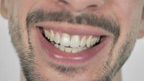Schließen Sie oben von lächelnden Lippen und von Zähnen des Bart-Mannes, weißer Hintergrund stock video