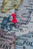 Schließen Sie oben von Malmö-Stift zeigte auf die Weltkarte mit einem rosa Druckbolzen lizenzfreie stockfotos