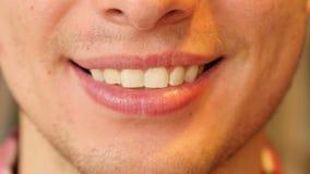Schließen Sie oben von Mann-lächelnden Lippen und Zähnen stock footage