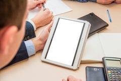 Schließen Sie oben von Mann ` s Händen, die mit digitaler Tablette beim Geschäftstreffen für Arbeitskonzept, selektiver Fokus arb Stockbilder