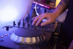 Schließen Sie oben von mischenden Bahnen eines Musiktechnikers auf seinem Studio Lizenzfreie Stockfotografie