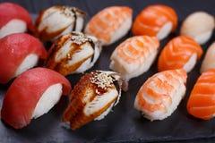 Schließen Sie oben von Nigiri-Sushi mit geräuchertem Aal und Garnele, gedient auf Querstation Stockbilder