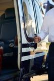 Schließen Sie oben von Pilot-Opening Helicopter Cabin-Tür Stockbilder