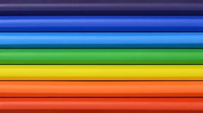 Schließen Sie oben von Regenbogen farbigen Pastellen in den Reihen Lizenzfreies Stockfoto