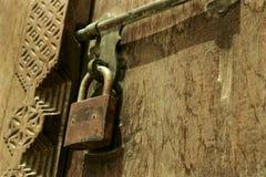 Schließen Sie oben von Rusty Padlock auf arabischer Tür Stockfotos