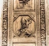 Schließen Sie oben von Santa Croce-Haupttür in Florenz im Sepiaton Lizenzfreie Stockbilder