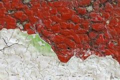 Schließen Sie oben von schmutzigem und zerbröckeln, rote Betonmauer Lizenzfreies Stockfoto