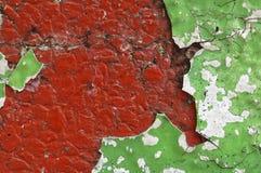 Schließen Sie oben von schmutzigem und zerbröckeln, rote Betonmauer Stockfoto