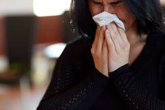 Schließen Sie oben von schreiender Frau am Begräbnis in der Kirche Lizenzfreies Stockfoto